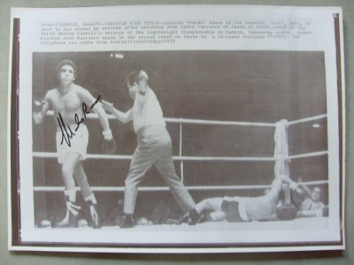 Mando Ramos Former WBC Lightweight World Champion SIGNED Action Shot Wirephoto From His 3rd Fight Against Pedro Carrasco